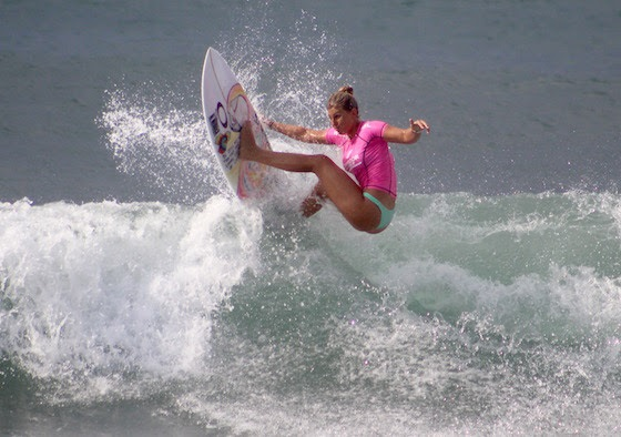 Sage Erickson (USA) takes top honors at Punta Roca over Keely Andrew (AUS) in the Women's QS6000 Final. Image: WSL / Nichols