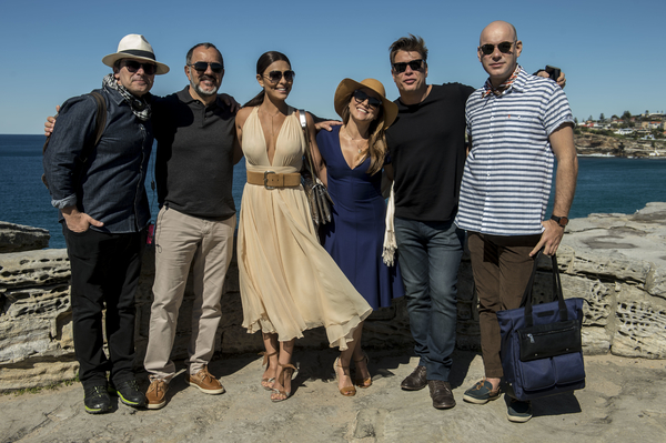 "Filming in Australia for Brazilian telenovela ""Totalmente Demais"" (l to r): Director Luiz Henrique Rios with cast members Humberto Martins, Juliana Paes, Viviane Pasmanter, Fábio Assunção, and Marat Descartes."